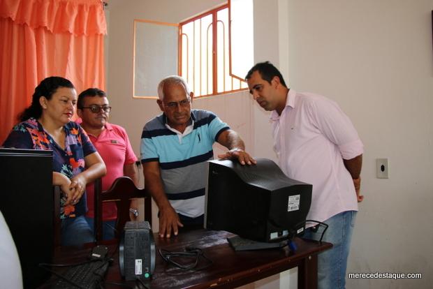 Câmara de Vereadores doa computador a Associação de Moradores de Poço Fundo