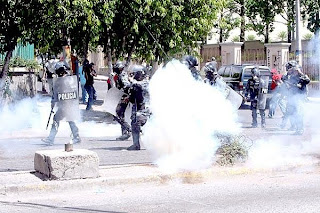 Tear gas thrown at police, Honduras