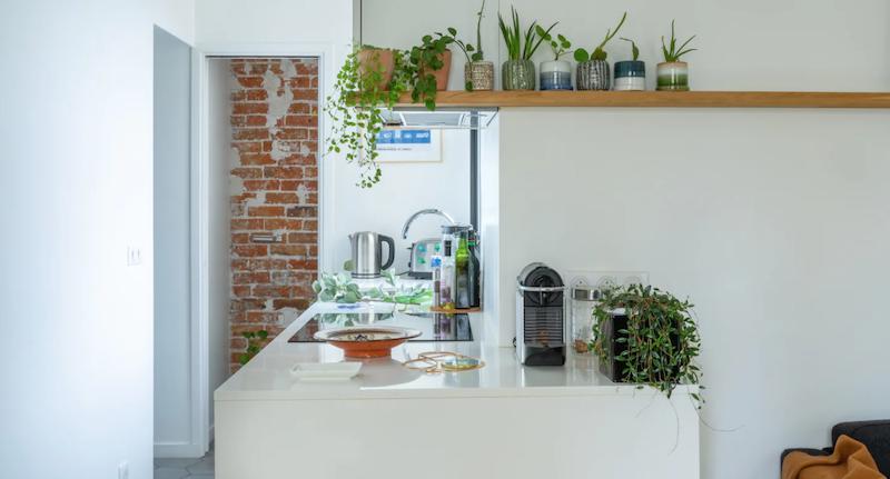 Pequeña cocina con muebles de madera lacados a medida
