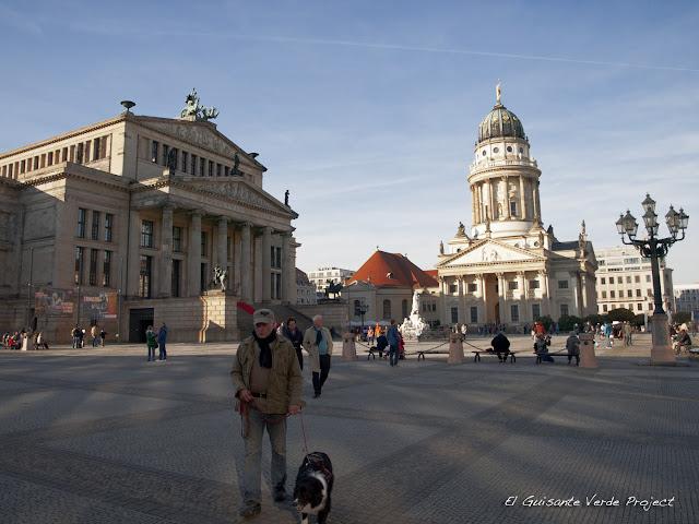 Gendarmenmarkt con el Konzerthaus y la Catedral Francesa por El Guisante Verde Project
