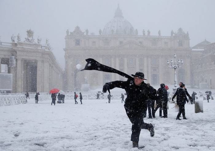 The priest plays snowballs on St. Peter's Square. Vatican, 26 February. Author: