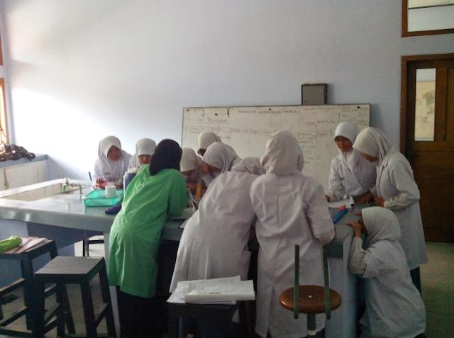 Praktikum Biologi di Laboratorium