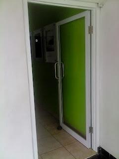 Pintu Swing Kaca