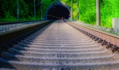 Järnvägstunnel med spår i förgrunden