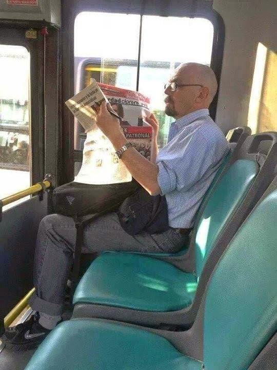 Walter White de Breaking bad no teme viajar en transporte público.