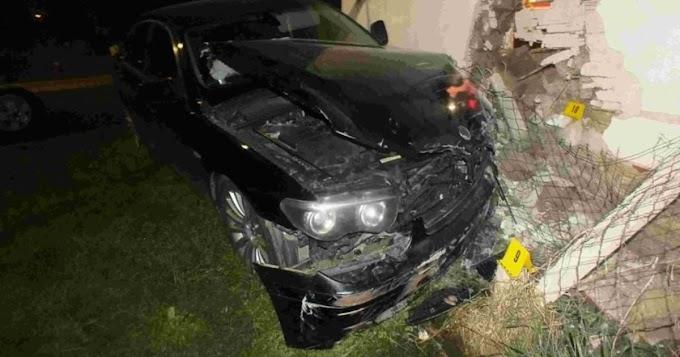 Vizsgálja a rendőrség, miért kötött ki ez az autó egy körösszakáli házfalban