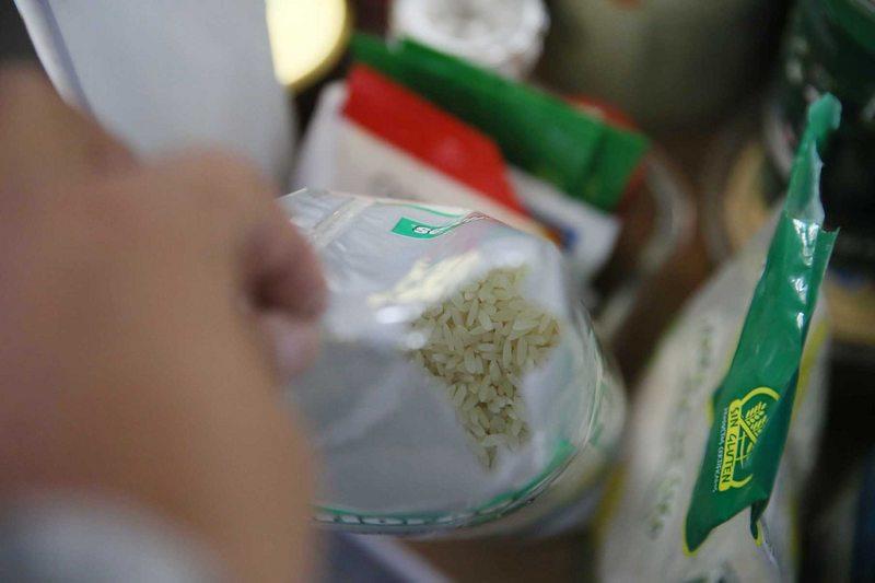 Se puede salvar el paquete de arroz colonizado por las polillas