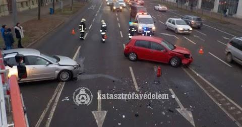 Két debreceni balesethez is tűzoltói segítség kellett