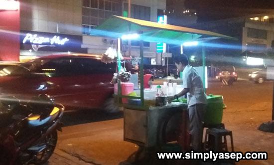 ES KACANG HIJAU : Pulang dari Gramedia Ahmad Yani Mega Mall melewati kawasan Jalan Gajah Mada yang terkenal dengan Kuliner malamnya. Saya sempat beli Es Sari Kacang dengan abang inii (9/6). Foto Asep Haryono
