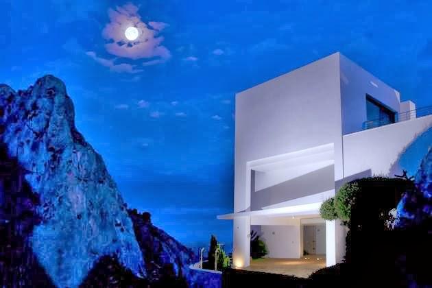 Desain Rumah Unik dengan Kolam Renang Di Atap