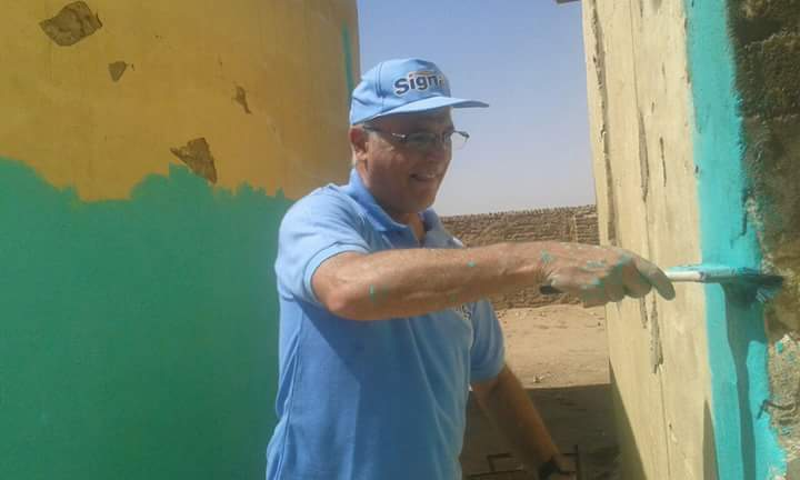 السفير البريطاني وزوجته يساعدون في تجير المدارس بولايه نهر النيل