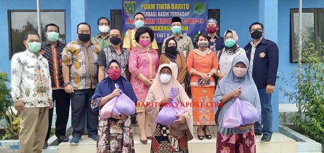 PDAM Tirta Barito Berbagi Paket Sembako untuk Masyarakat Sekitar