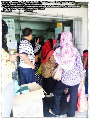 gambar suasana orang menyerbu kedai bahan kek Yummie di Bandar Baru Bangi.