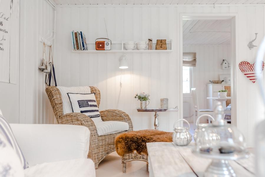 Biały domek z naturalnymi dodatkami, wystrój wnętrz, wnętrza, urządzanie mieszkania, dom, home decor, dekoracje, aranżacje, scandinavian style, styl skandynawski, rustic style, styl rustykalny, biel, white, living room, pokój dzienny, salon, small room, małe wnętrze