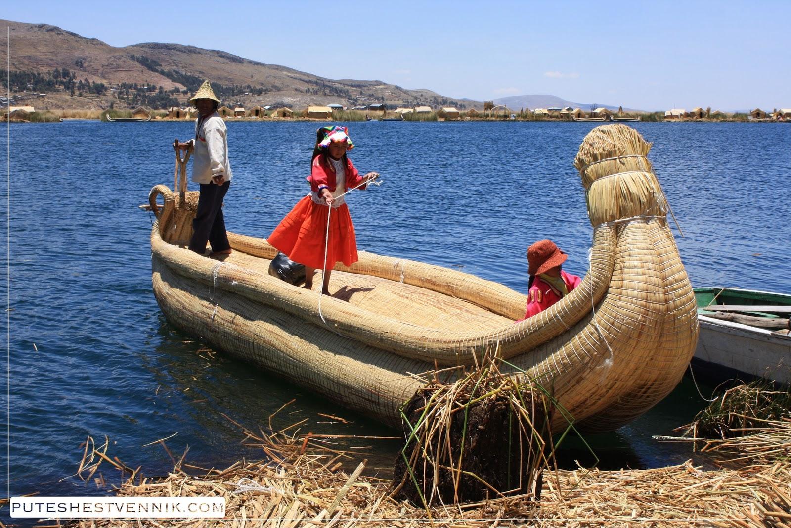 Перуанцы в тростниковой лодке на озере Титикака