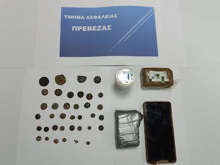 Συνελήφθη από αστυνομικούς της ΟΠΚΕ Πρέβεζας στον Πειραιά για μεταφορά ναρκωτικών και κατοχή αρχαίων νομισμάτων