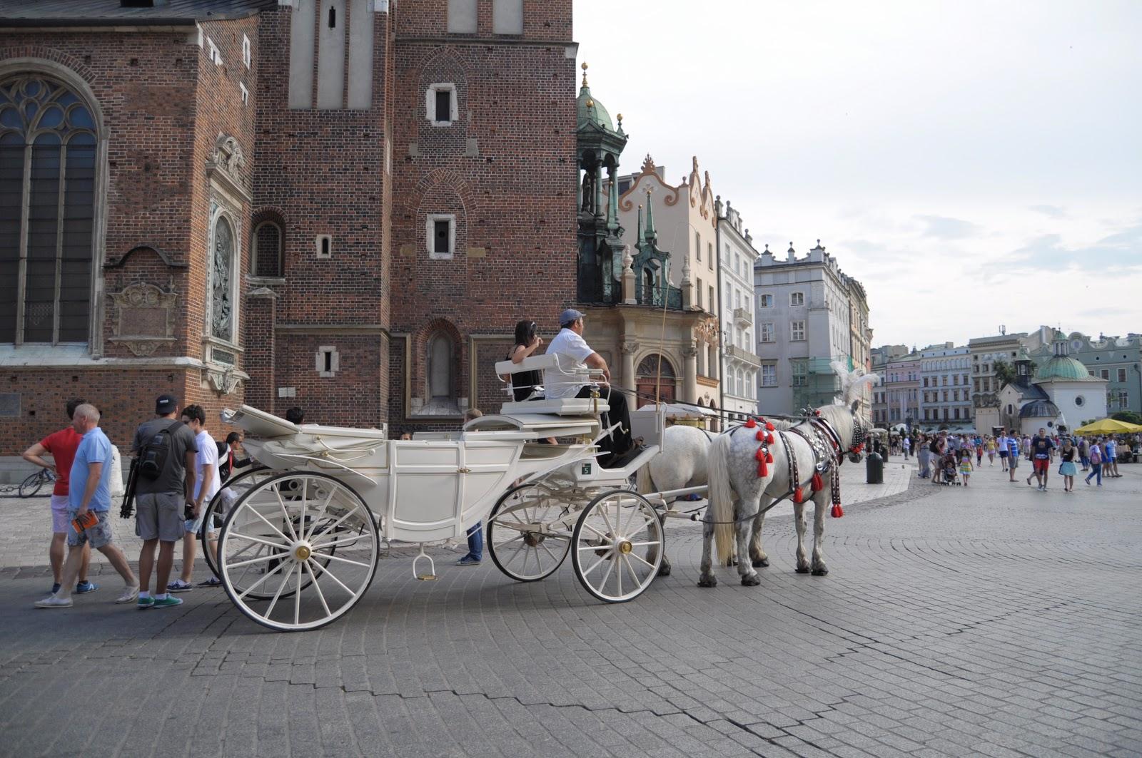 ee44fbcc68a Krakovský Rynek a mnoho turistů (naproti baziliky se nachází proslulá  tržnice s kýčovitými suvenýry)
