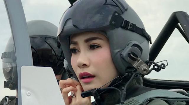 Selanjutnya, wanita cantik yang menjadi pilot ini ternyata bukan orang sembarangan. Klik halaman asli.