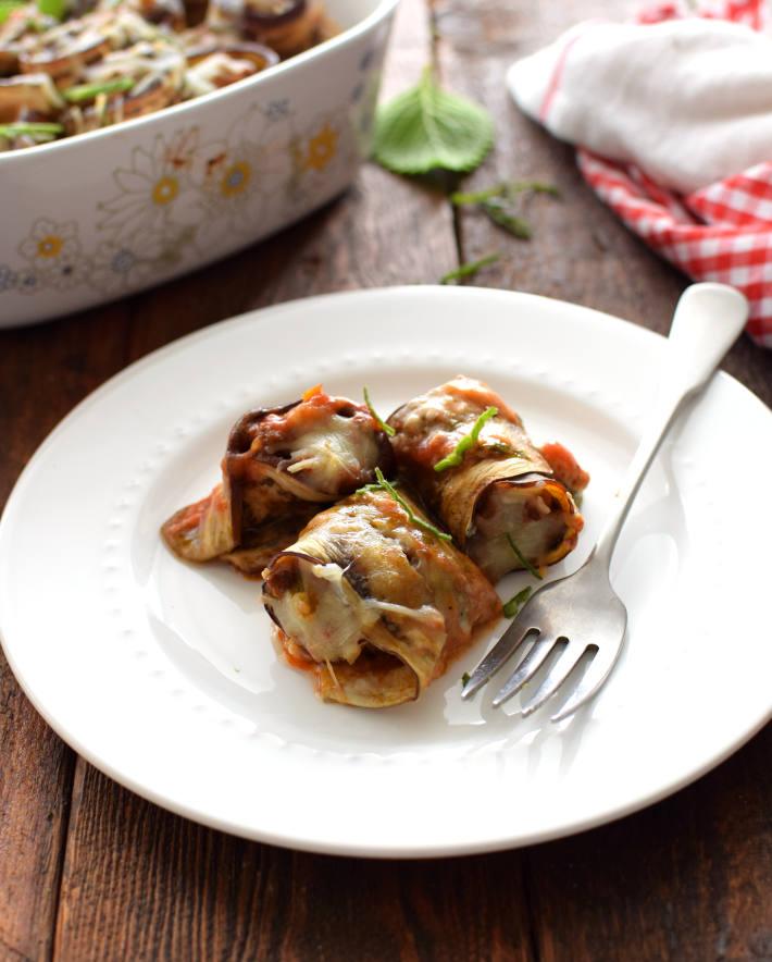 Porción de rollitos de berenjena servidos en un plato, listos para degustar