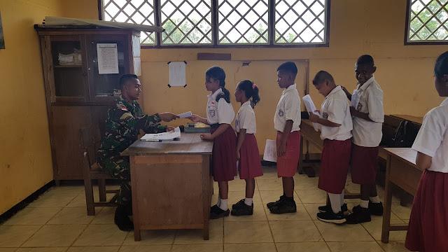 Jadi Pengawas UTS, Satgas Yonif MR 411/Pdw Kostrad Berikan Motivasi Sebelum Ujian di Mulai