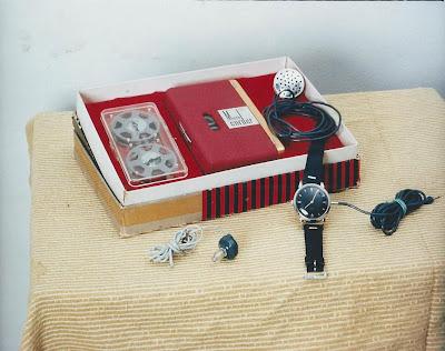 Piccolo registratore a filo portatile, con microfono a forma di orologio, usato negli anni '50 per lo spionaggio della guerra fredda