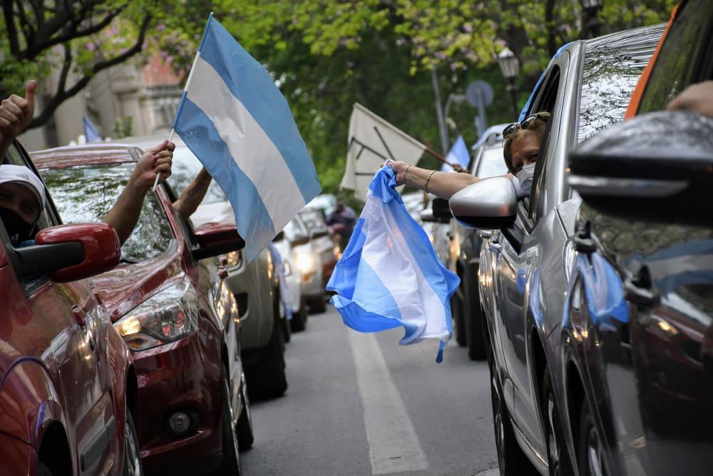 Con caravanas y actos para pocos, la militancia peronista celebró el Día de la Lealtad en el país