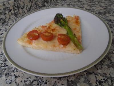 Pizza de arroz con bimis y tomates cherry