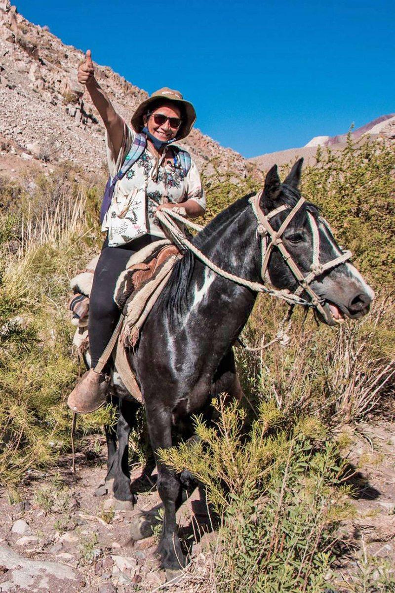 profesora viaja 8 horas a caballo para hacer clases