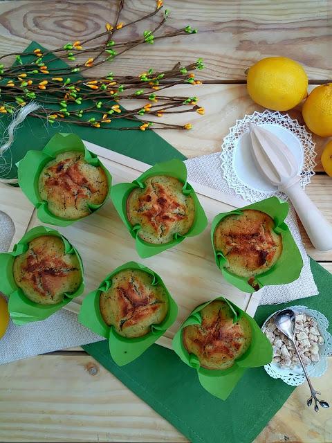 Receta de muffins dulces de calabacín y limón con semillas de amapola. Desayuno, merienda, postre, breakfast, recreo. Sencillos, saludables, ricos fáciles Cuca