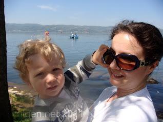 Oğlum gözlüğümü alma çabasında, Sapanca Gölü