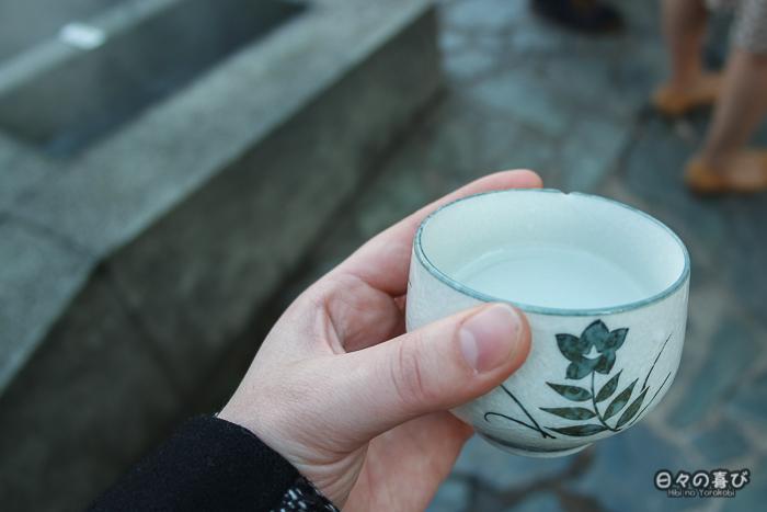 tasse remplie d'eau des onsen de yumura