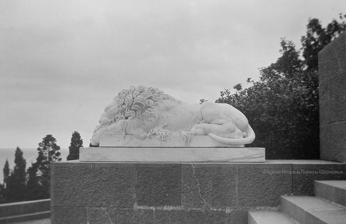 Старое фото Крыма. Дворцовая скульптура льва