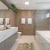 Banheiro com banheira branco, bege, cinza com metais dourados revestido com porcelanato!