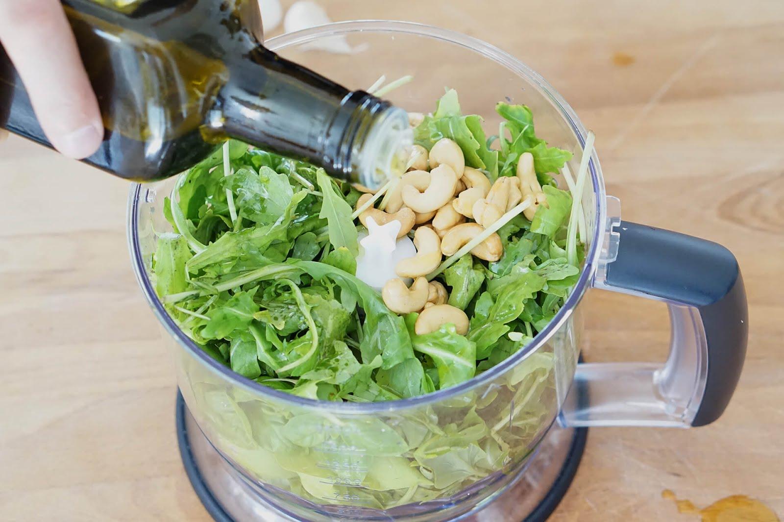 Rucola-Cashew Pesto: Rucola und Cashews mit Olivenöl pürieren.