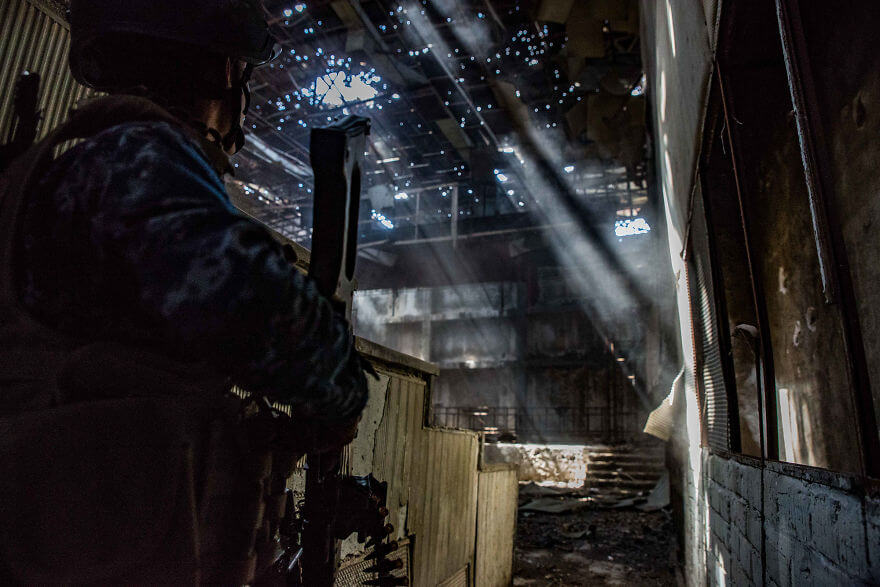 Powerful Heart-Breaking Pictures Of The Battle Of Mosul - Federal Police enter a theater in the Old City. Seconds later, an Islamic State gunman opened fire from the upper rafters