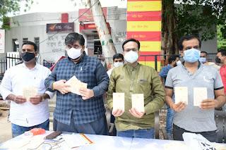 हल्दी चावल लगे पोस्टकार्ड भेजकर, वैक्सीनेशन के लिए जागरूकता बढ़ाने अभियान