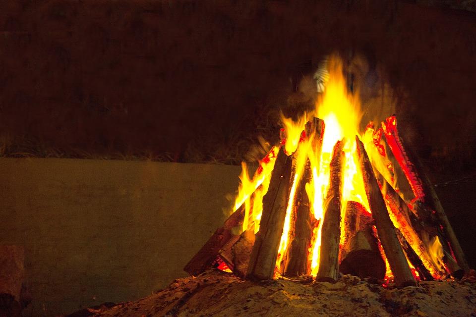 fogueira junina Dicas para quem deseja organizar uma festa junina perfeita em casa, ou seja um arraiá particular que pode ser dentro de casa ou no quintal