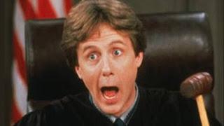 Primer plano del juez:  Harold T. Stone (Harry Anderson)
