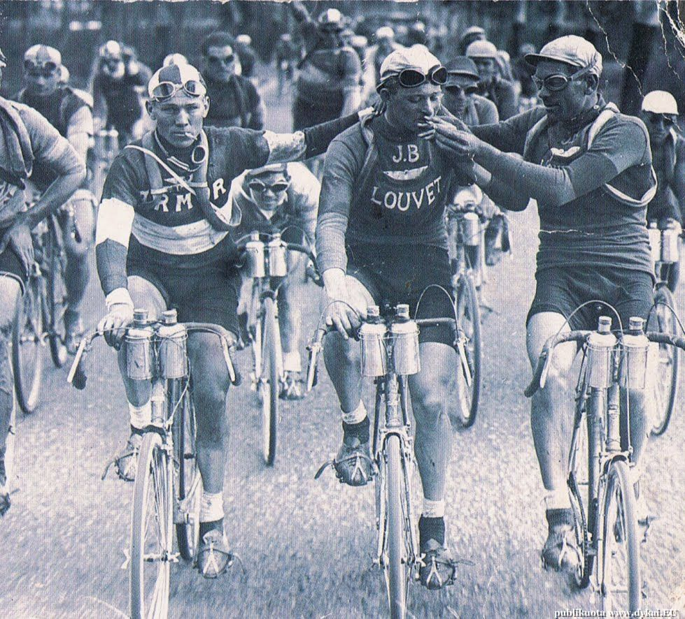 40 Amazing Historical Pictures - Smoking in the Tour De France, 1920's