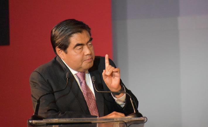 El gobernador de Puebla, Miguel Barbosa llama a las empresas a mantener la paciencia y la prudencia. Aclaró que no será a costa de la vida de las poblanas y poblanos como se rescatará la economía del Estado. (Foto: Archivo, Vanguardia Industrial)
