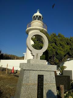 灯台と石碑