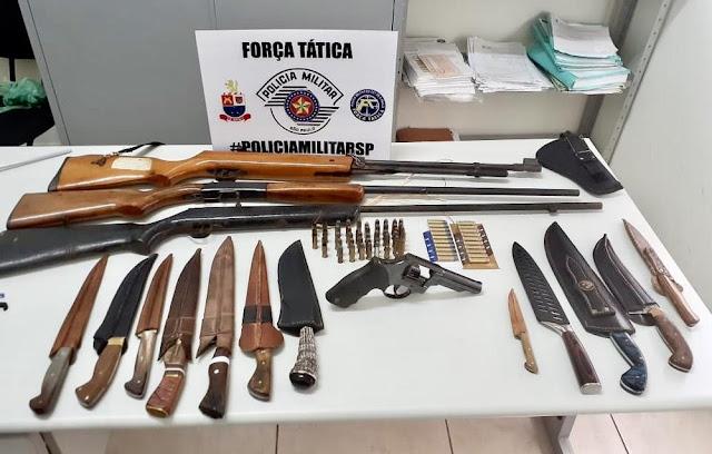 Após denúncia, Força Tática apreende armas de fogo, munições e facas em Regente Feijó