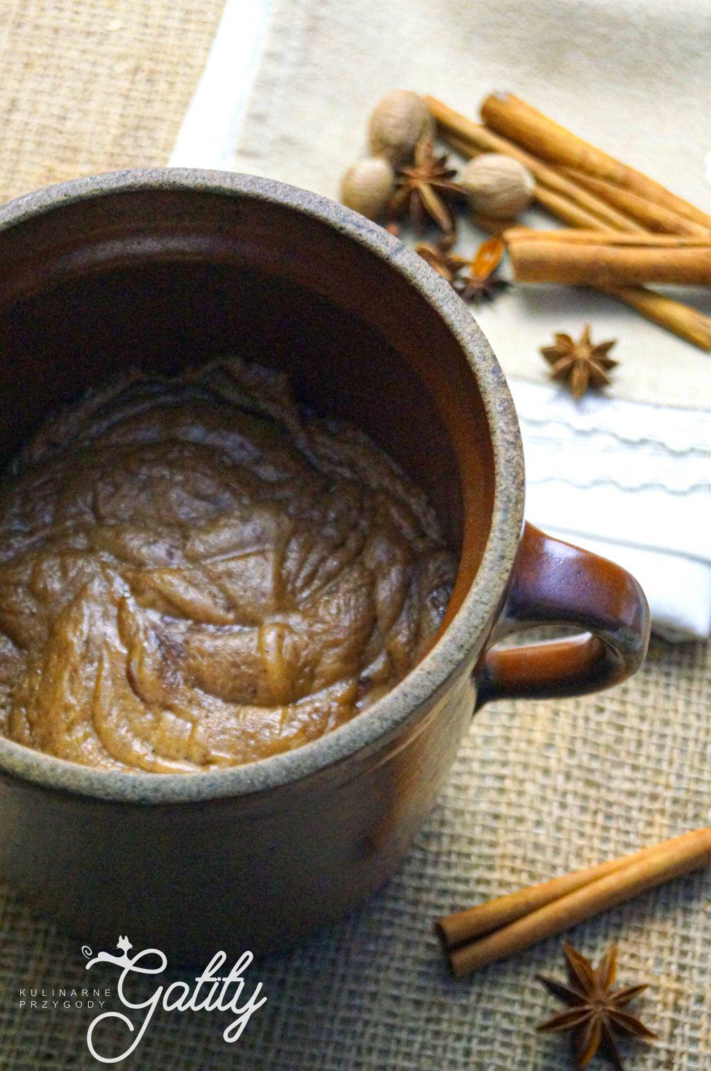 brazowe-ciasto-w-glinianym-garnku
