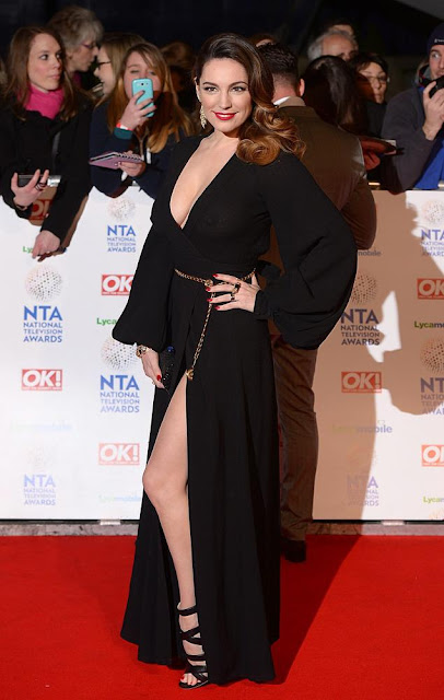 Hollywood model cum actress Kelly Brook go bra less 2014 National Television Awards