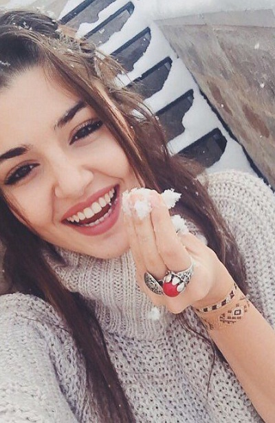 Hande Ercel Share Cute Picture on Instagram