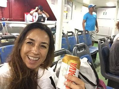 Ferry de Salvador de Bahía a Itaparica. Pepa de los Mares con  una cerveza ITAPAVA