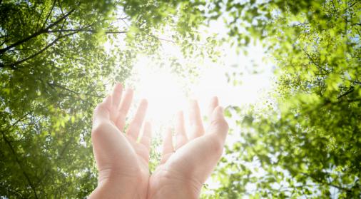 Con la Sanación Pránica, aparte de prevenir o sanar cualquier malestar o enfermedad, se puede impulsar activamente el crecimiento personal, espiritual y material de quién recibe terapia.