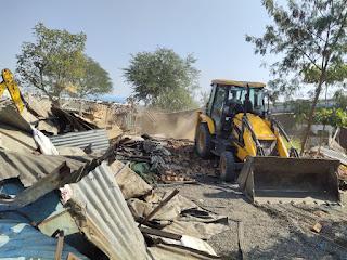 पीथमपुर में भी आज 26 दिसंबर को एकेवीएन की भूमि पर कब्जों को हटाया