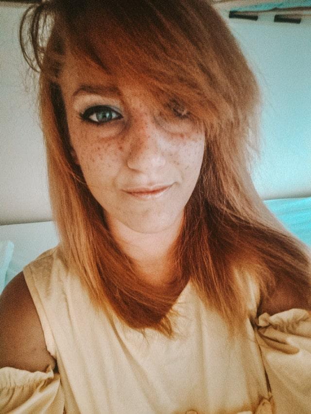 primo piano di ragazza con capelli rossi e occhi azzurri