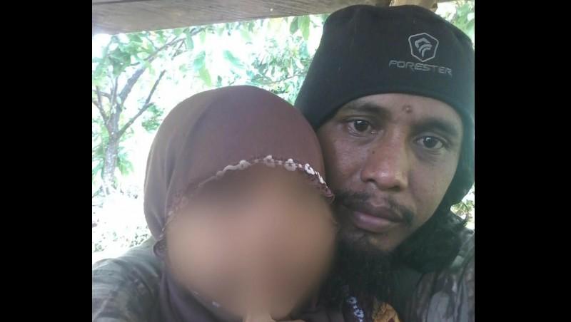Teroris Santoso bersama putrinya